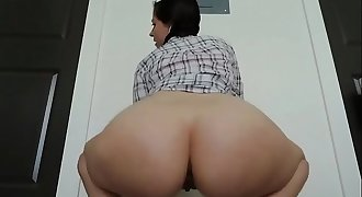 big ass babe wiggling her ass on cam - Live sluts at Camspicy.com